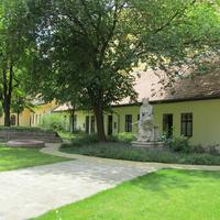 Ferencváros egyik legszebb udvara: gyönyörű templomkert a Kálvin téren