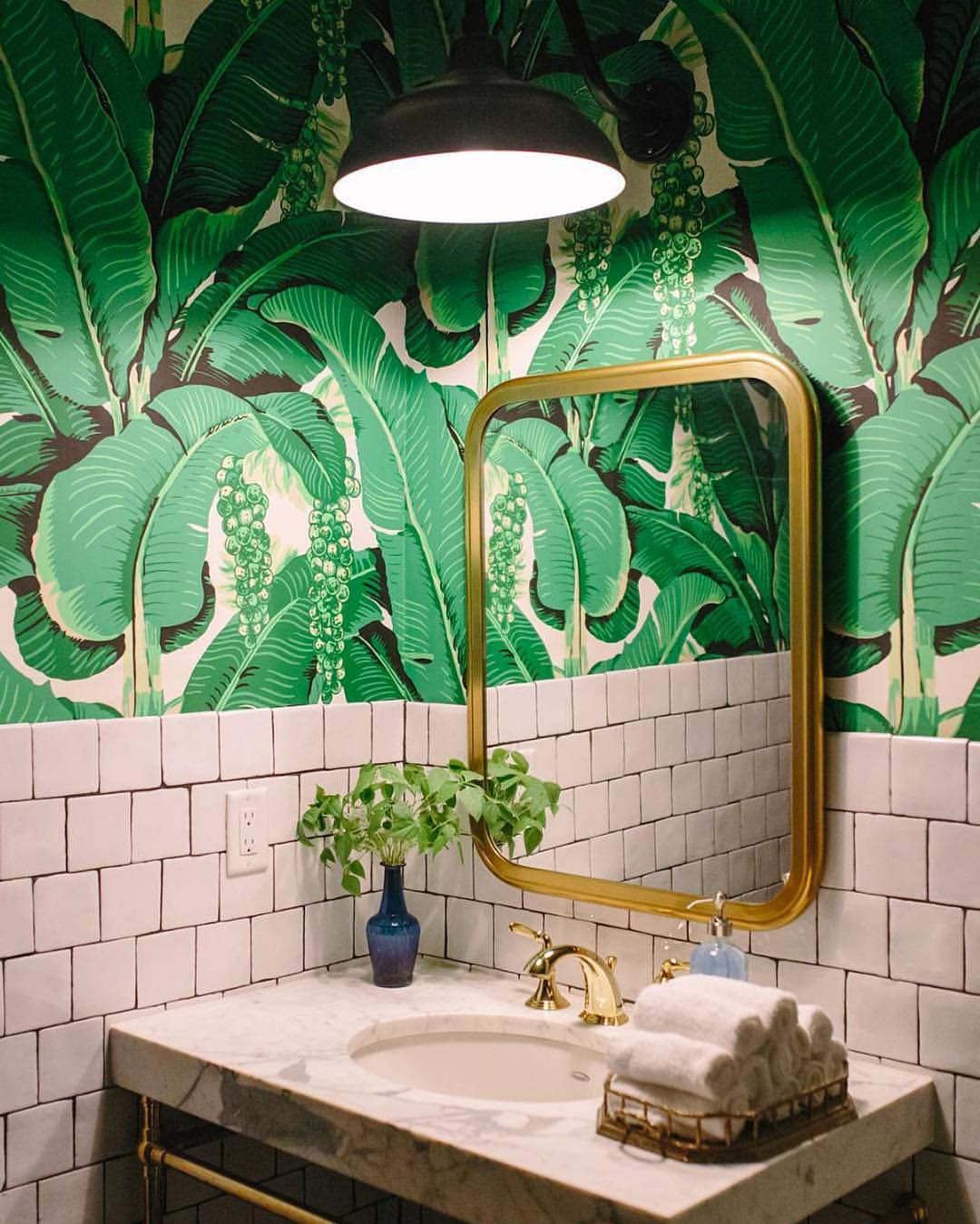 Ha pedig végképp nincs más megoldás, egy jópofa dzsungel-tapétával is feldobhatjuk a fürdőszobát! :)