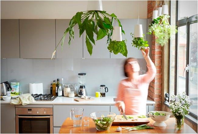 Azonban a konyhában másként is lógathatunk. Bámulatosan szép, egyszerű, nem elrugaszkodott és praktikus megoldás!