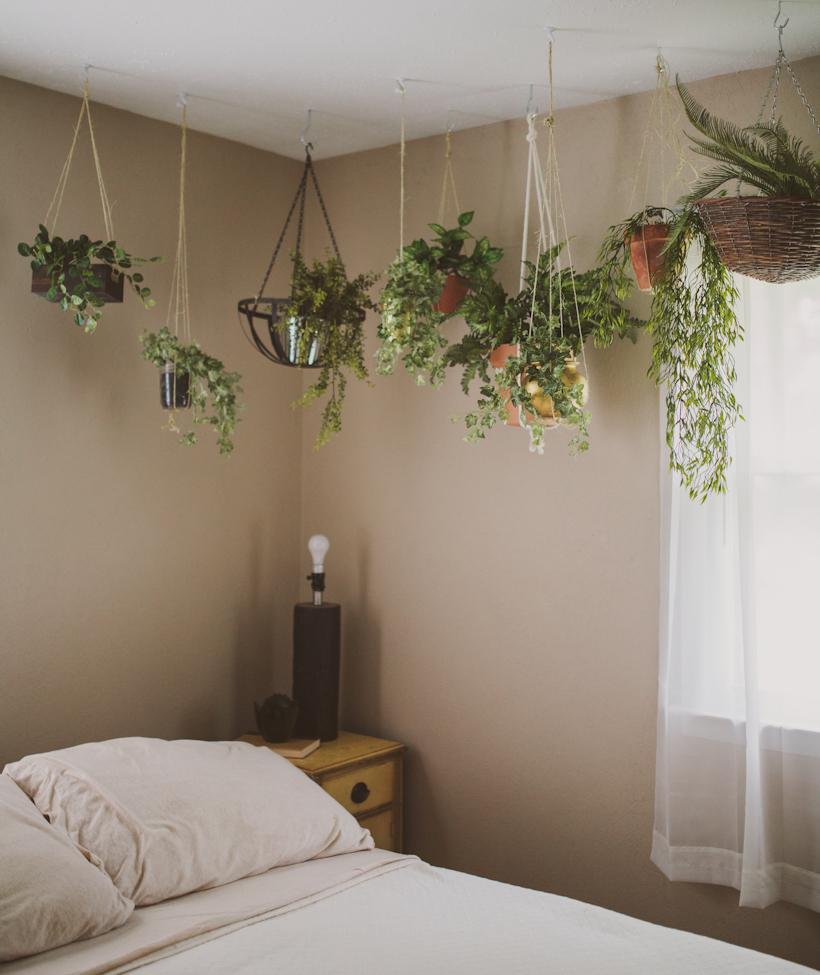 Mesebeli hangulat az apró hálószobában is. Vigyázat, ne tegyünk túl sok növényt a hálószobába, mert éjjel ők is oxigént lélegeznek!