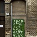 Létezhet ennél tökéletesebb Iskola utcai graffiti?