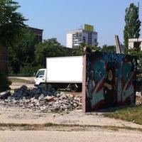 Bontják Magyarország leghíresebb graffitis falát. Érdemes lenne megmenteni belőle részleteket? Nem hiszem...