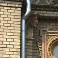 A Városligetben is támadnak a bádogosok! Muszáj volt az épületdíszeket keresztbe verni az ereszcsatornával?