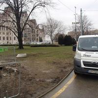 Napi Kossuth tér: miért parkol szabálytalanul a kerékpárúton a nemzet főterén dolgozó szlovák rendszámos munkásszállító?