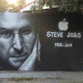 Óriás Steve Jobs-graffiti Budapesten - halála bejelentése napján