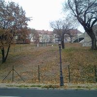 A 15 milliós budavári szőlőnek teljesen vége: már a karók sincsenek a helyükön, a kerítés viszont maradt