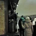 Ez a világ legbájosabb metróbabonája. Simogassuk meg a szoborkutya fejét!