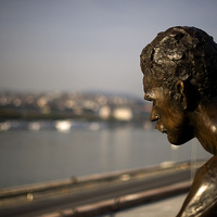 Bréking: helyére került a József Attila szobor a Duna partján. Vagyis a kompozíció főalakja