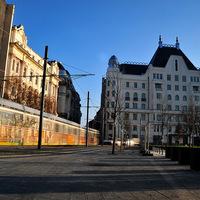 Azta, villamos suhan át a Kossuth téren! De nem is ez a legizgalmasabb a képen, hanem, ami mögötte van!