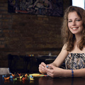 Napi hippikedvesség: a lány, aki telepakolja origamimadarakkal a várost