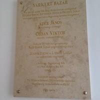 Szupergáz az Orbán-emléktábla a Várkert Bazár oldalán. Főleg, hogy egy marha nagy helyesírási hiba is van benne