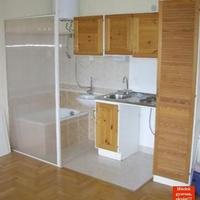 Amerikai fürdőszoba Sashalmon: fürdőkád egy légtérben a konyhával és a nappalival