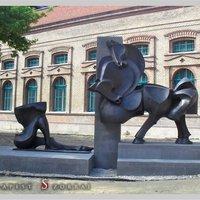 Félbevágott lovak szobra Budapesten. Állítólag a női empátiát fogja dicsőíteni, május végén avatják