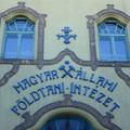 Vajon mi késztette a Magyar Földtani és Geofizikai Intézet igazgatóját arra, hogy megtagadja a Lechner Ödön tervezte Stefánia úti székháza belsejének a fényképezését?
