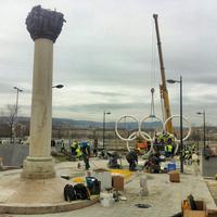 10 méter széles ötkarikaszobrot állítottak fel az Olimpia parkban - 11 érdekes cikk péntekre