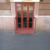 Budapest legbájosabb cégére egy kiskanál. Már ha egyáltalán szándékosan tették oda, mert elég nehéz észrevenni