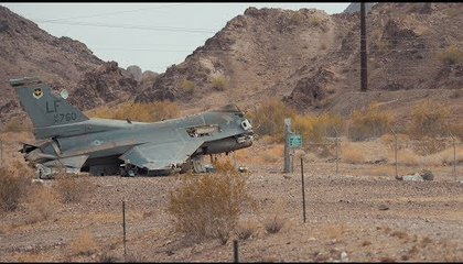 Lezuhant F-16-os a sivatagban