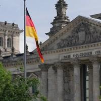 A német kormány elkezdi felszámolni a fékeket és ellensúlyokat