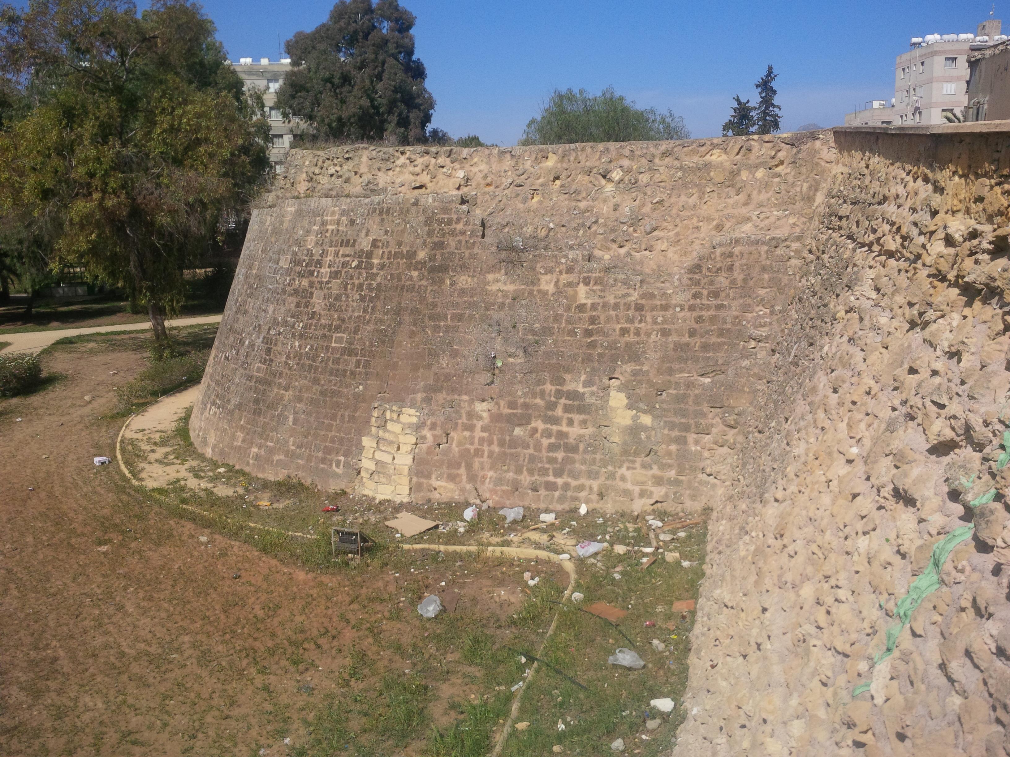 Fal Lefkosa és Nicosia között