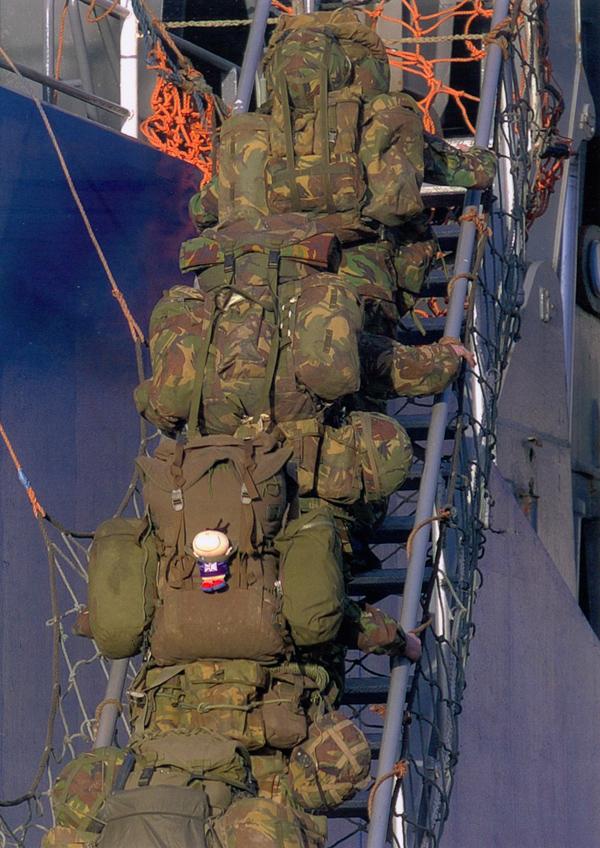 Brit tengerészgyalogosok Bergen hátizsákokkal