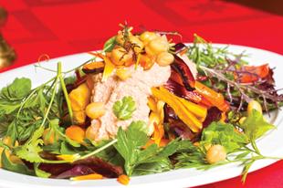 Sült gyökérzöldségek friss salátaágyon paradicsomos dió öntettel
