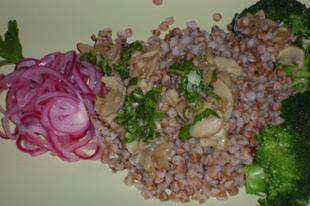 Hajdina gombával brokkolival és hagymasalátával