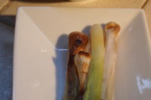 Grillezett póréhagyma mogyorós mandulás mártással