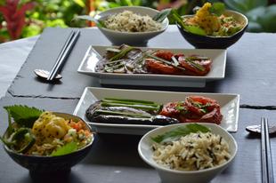 Padlizsán vajban sütve fürjtojásos salátával fekete-fehér rizzsel