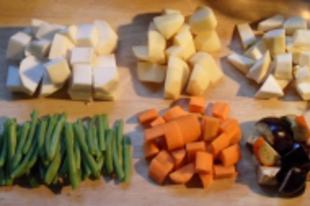 Tarlórépa és más zöldségek agyagedényben