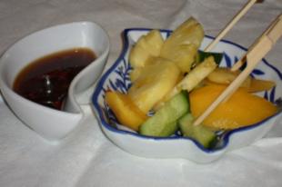 Ünnepi asztal - hal, zellerszár, narancs, ananász, cékla