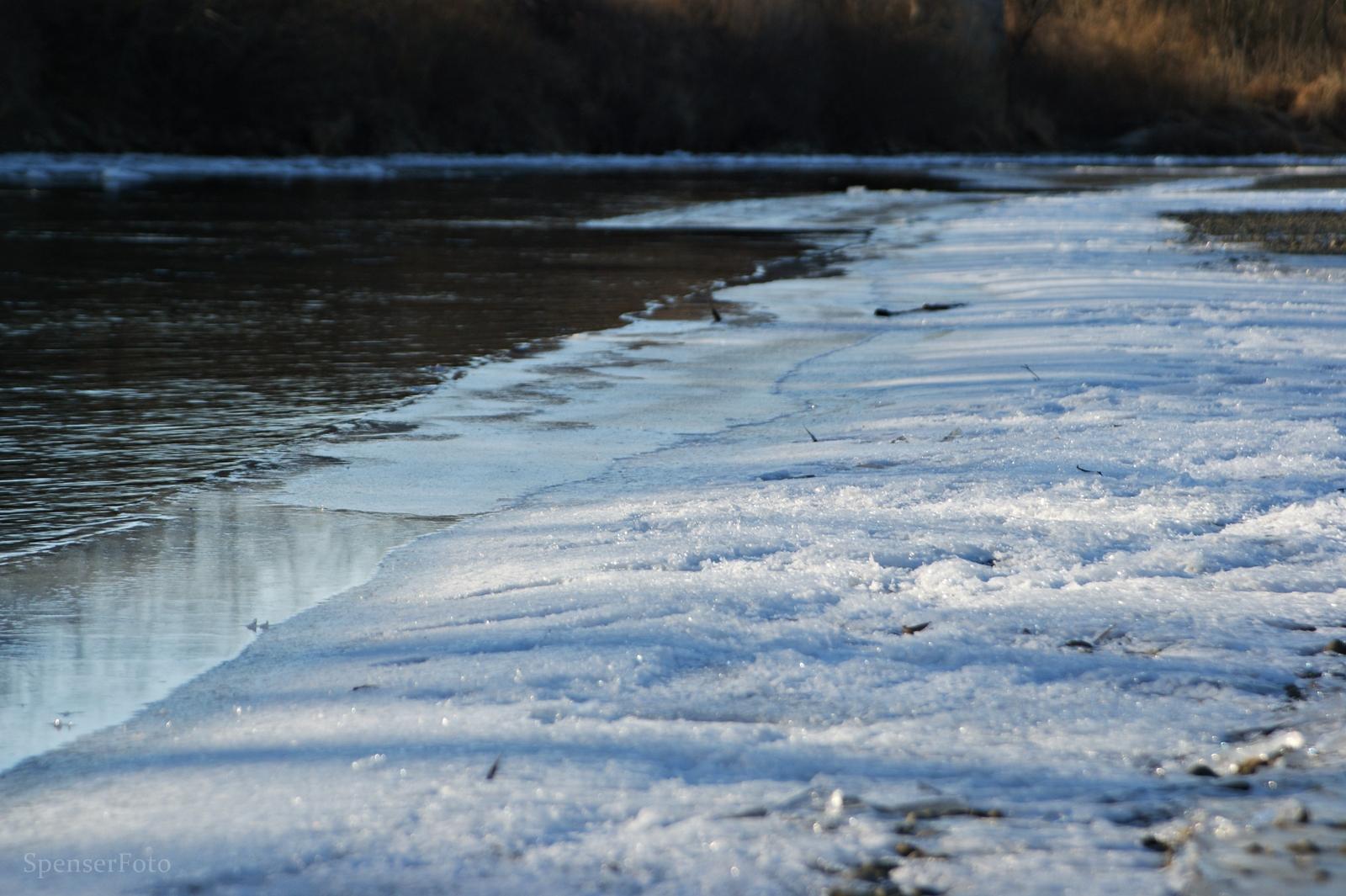 Csökken a sebesség, a szabad víz terület.