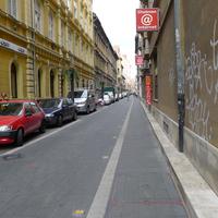 Az utolsó simításokat végzik a Kazinczy utcán