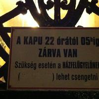 Budapest különös arcai: meztelen katona