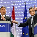 Orbán Viktor kormányát külföldről rángatják