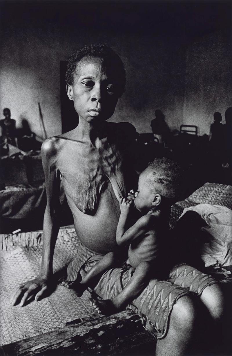 Huszonnégy éves biafrai nő gyermekével