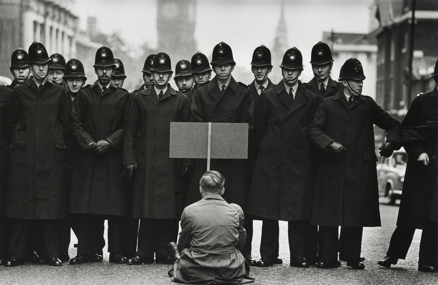 A Kuba elleni amerikai blokád ellen tüntető férfi és rendőrsorfal, 1962 októbere