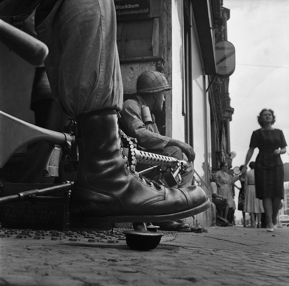 Amerikai katonák a Checkpoint Charlie közelében.