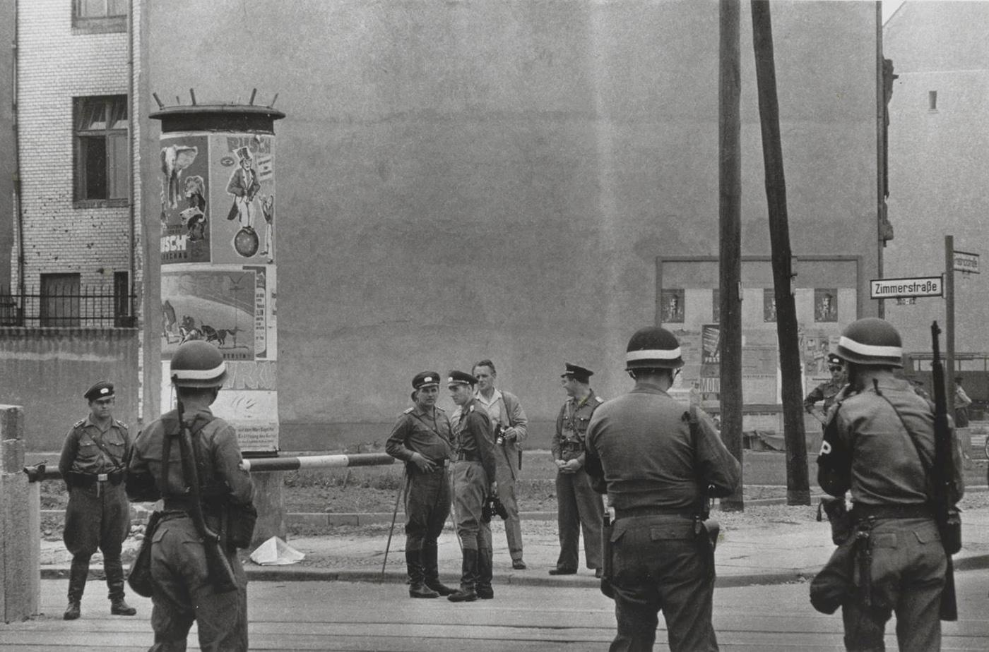 Amerikai katonai rendészek néznek farkasszemet kelet-német határőrökkel, még a fal felhúzása előtt.