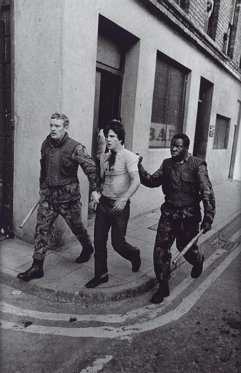 Letartóztatott tüntetőt vezetnek el