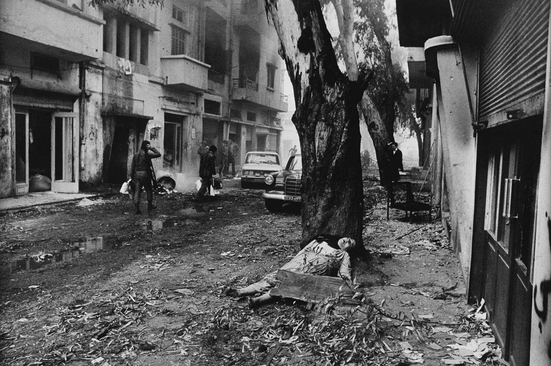 Falangista harcosok és egy halott palesztin lány Bejrút utcáin