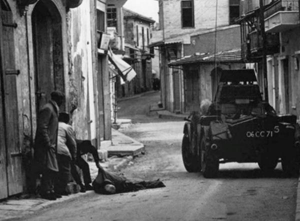Utcai harcok Limassolban; az úton fekvő öregembert egy orvlövész ölte meg.