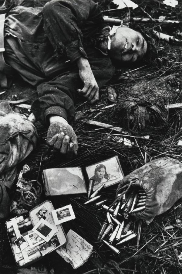 Halott és kifosztott észak-vietnami katona. McCullin saját bevallása szerint egyedül ekkor nyúlt hozzá a témához: ő rendezgette el a maradék személyes tárgyakat a tetem körül.