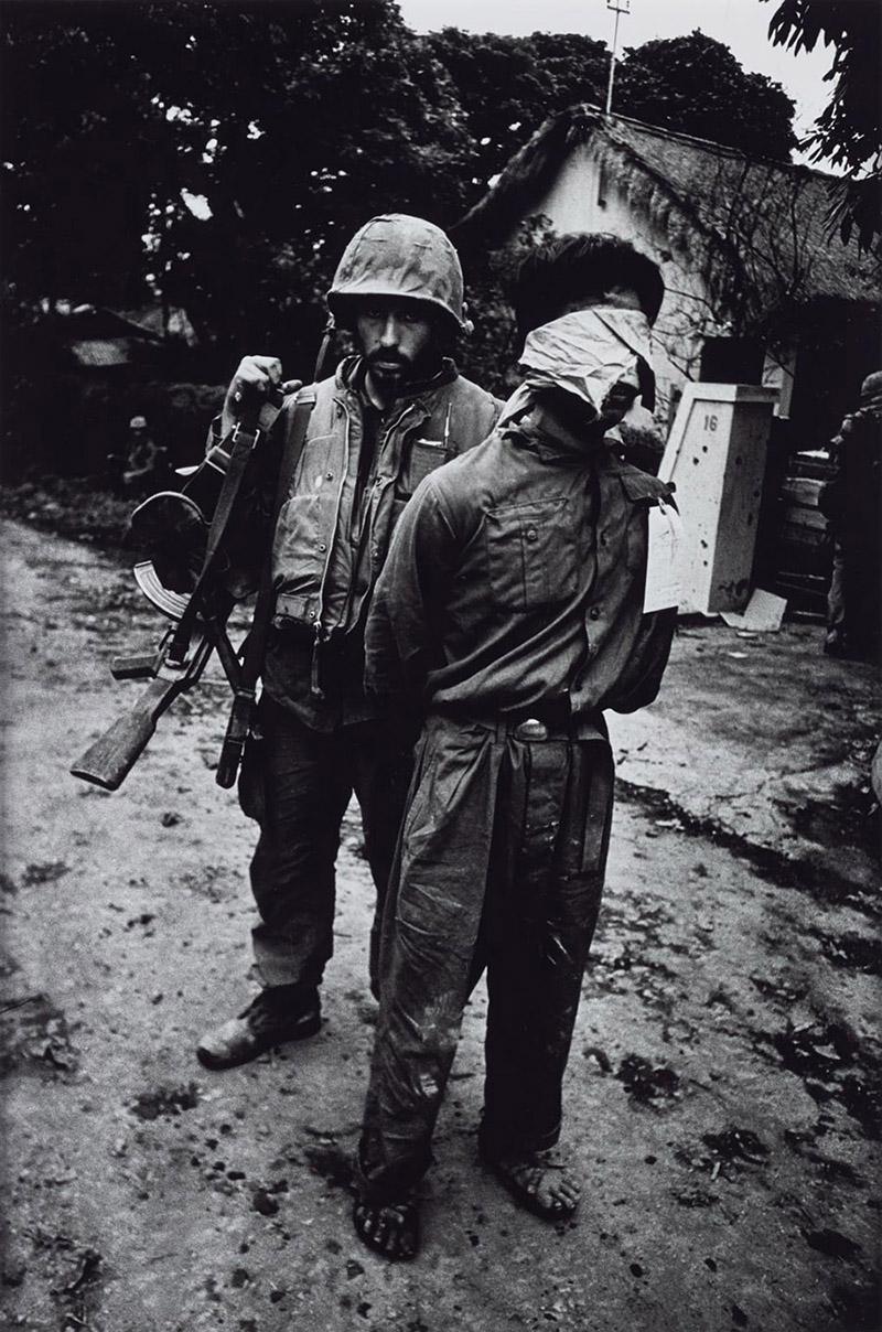 Tengerészgyalogos észak-vietnami foglyával