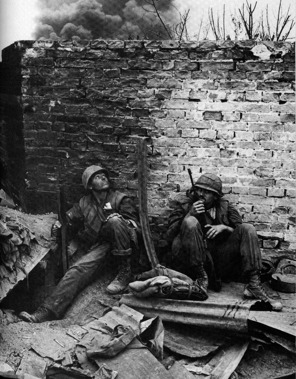 Tengerészgyalogosok egy fal fedezékében