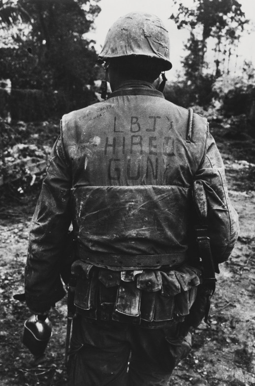 'Johnson elnök zsoldosa' – hirdeti a repeszmellény hátán olvasható felirat.