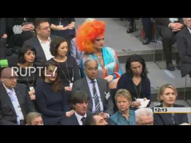 Merkel a Bundestagban pózolt a transzvesztita sztárral