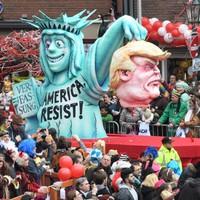 (18+) Német farsangi gyűlöletkampány: Lefejezett Trump, féreg Orbán