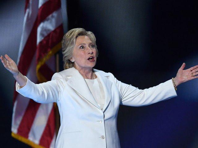 Halottaktól kért tanácsot Hillary Clinton
