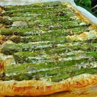 Zöldspárga pite fűszeres krémsajttal