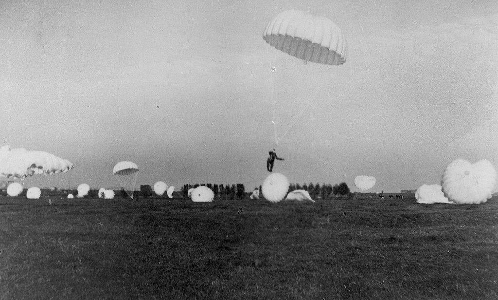 1024px-german_paratroopers_landing_at_ockenburg_airstrip_near_the_hague_10_may_1940.jpg